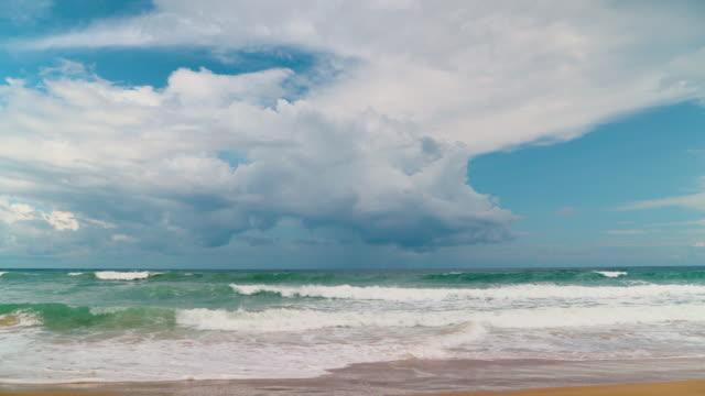 vidéos et rushes de vidéos naturelles les vagues dans la mer se déplaçant vers la côte avec des nuages. phuket mer en été sont élevés, intense et mousseux blanc, parfait pour jouer au surf. tir grand angle en résolution 4k. - mer d'andaman