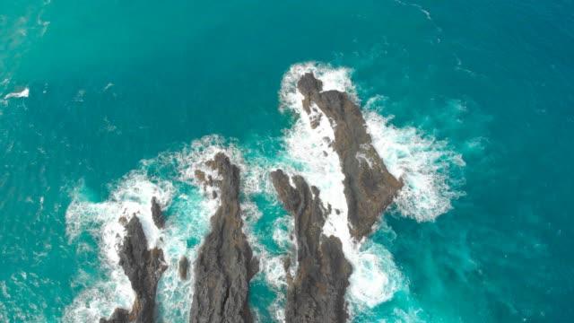 vídeos de stock e filmes b-roll de natural volcanic swimming lagoon in rocks, wild pools for relaxing, travel destination for vacation, madeira island, portugal - ilha da madeira