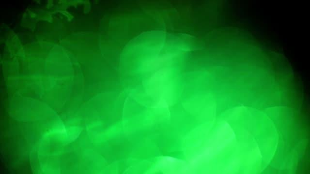 vídeos de stock, filmes e b-roll de naturais verdes e amarelos vazamentos de luz, bokeh - foco difuso