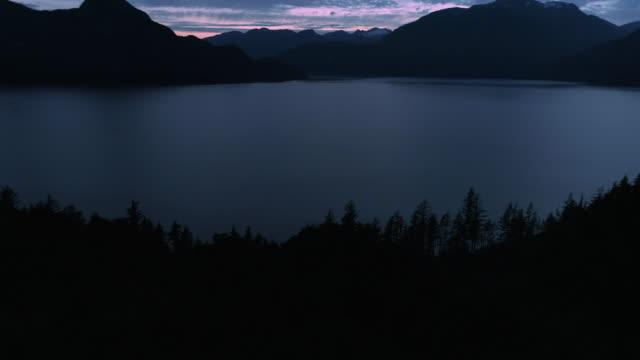 natur antenne hintergrund mit dunklen schatten lagen von inseln in meerwasser, bergwald - vancouver kanada stock-videos und b-roll-filmmaterial