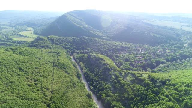 vídeos de stock, filmes e b-roll de natureza e cloudcscape. zangão: vista aérea sobre os montes da montanha, ponto de vista do céu em um dia ensolarado brilhante. - relevo