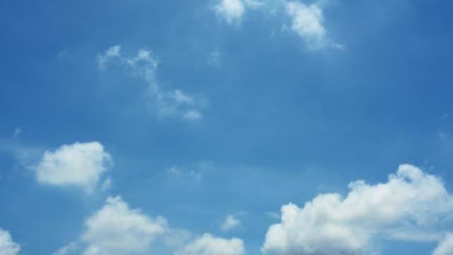 vídeos de stock, filmes e b-roll de fundo da natureza-céu azul com nuvens - céu claro