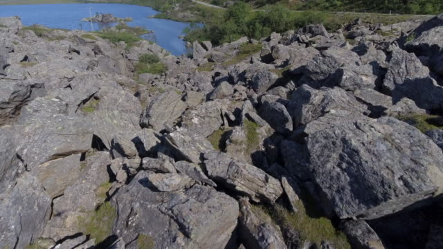 vídeos de stock, filmes e b-roll de pedregulhos da natureza - beaty da natureza da noruega - penedo