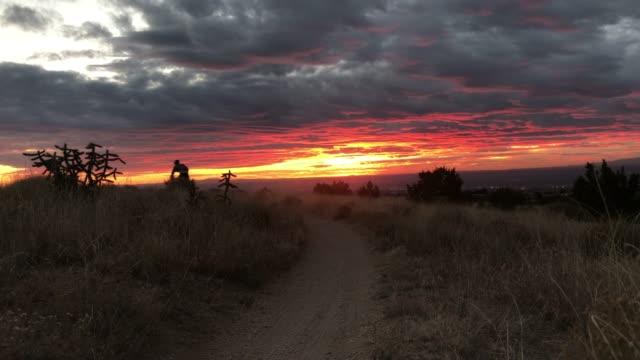 naturen inspiration man mountainbike - pink sunrise bildbanksvideor och videomaterial från bakom kulisserna