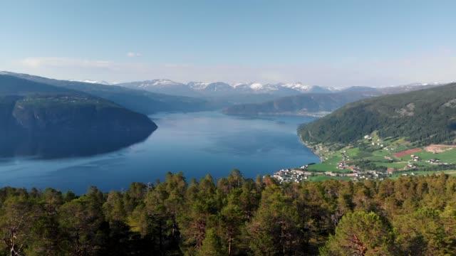 natura della norvegia. sorvolando il fiordo norvegese - fiordo video stock e b–roll