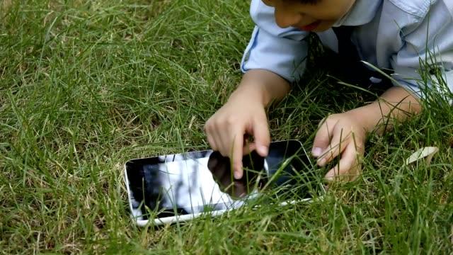 nature tablet and child - el aleti stok videoları ve detay görüntü çekimi