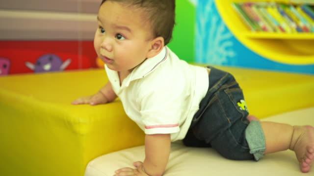 Criança na sala de playground, garoto - vídeo