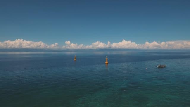 vídeos de stock, filmes e b-roll de boia de navegação no mar - boia salva vidas