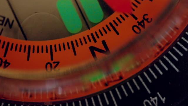 vídeos de stock e filmes b-roll de navigational compass with moving needle - cartografia