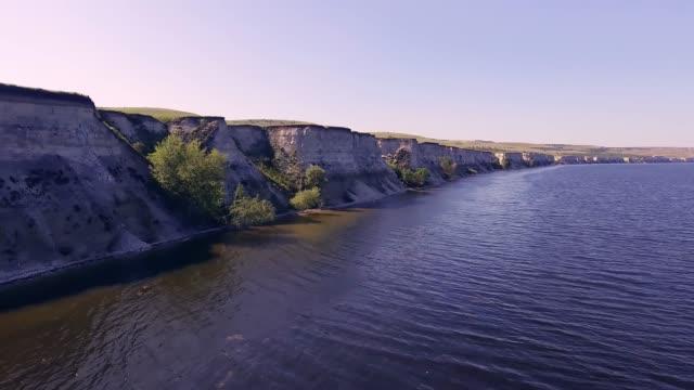 川の急な岸の近く - マルチコプター点の映像素材/bロール