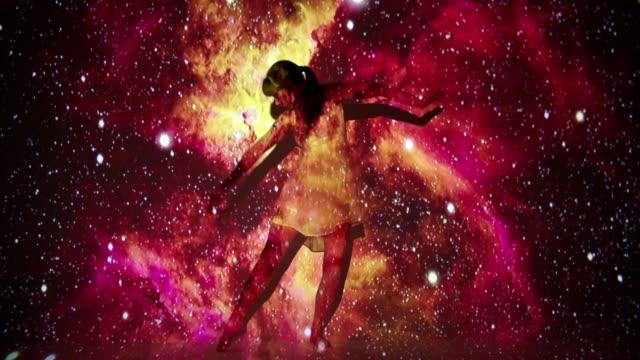 女性舞蹈家的星雲投影 - 投射 個影片檔及 b 捲影像