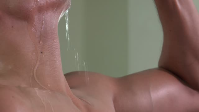 筋肉男飲料水の首をクローズ アップ - 首点の映像素材/bロール