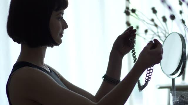 stockvideo's en b-roll-footage met silhouet ketting - halsketting