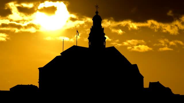 stockvideo's en b-roll-footage met nederland maastricht town hall sunset - maastricht