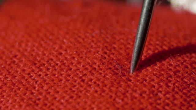 vídeos y material grabado en eventos de stock de aguja perfora almohada para agujas en macro - almohada
