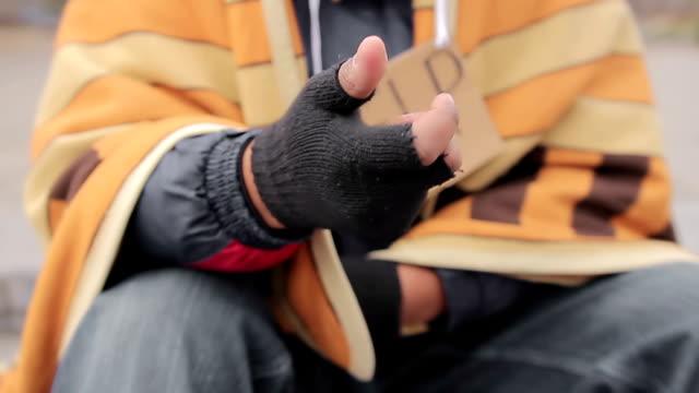 Hombre que agarra un necesitadas agitación manual, pidiendo caridad, la gente dar dinero - vídeo
