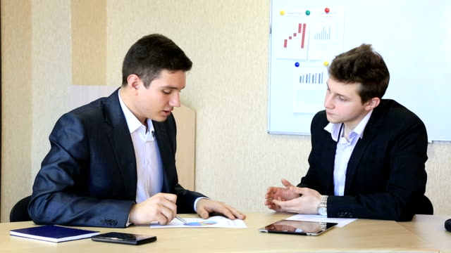 vídeos y material grabado en eventos de stock de las negociaciones. oferta completiion. - servicios sociales