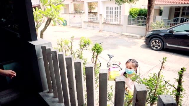 stockvideo's en b-roll-footage met buurman levering pakket voedsel in thuisdorp - buren
