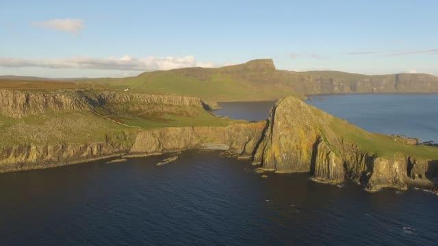 ネイストポイントアイルオブスカイドローンビデオスコットランド - 崖点の映像素材/bロール