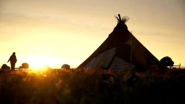 ネネツ歩く女性のシャム日没にます。 - シベリア点の映像素材/bロール
