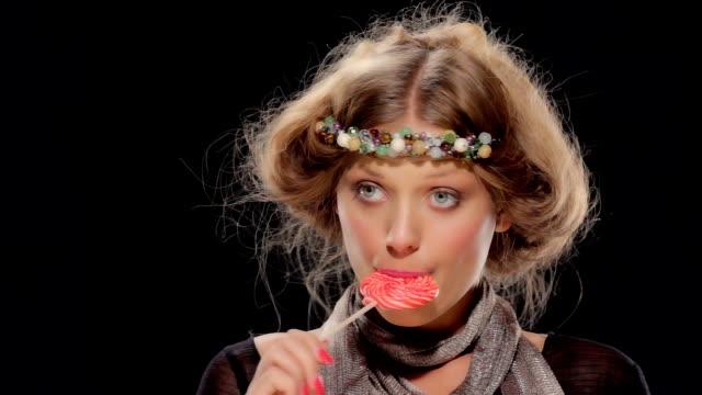 neo-hippy girl with lollipop - 波板糖 個影片檔及 b 捲影像