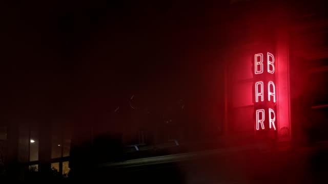 ネオンバー」の看板 - 酒場点の映像素材/bロール