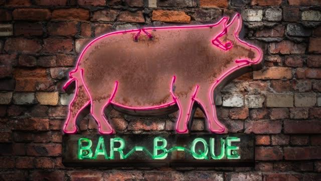 vídeos de stock e filmes b-roll de neon barbecue diner sign - churrascada