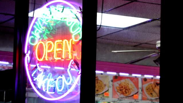 neon kinesiska restaurang tecken att upprätta skott - kinesiskt ursprung bildbanksvideor och videomaterial från bakom kulisserna