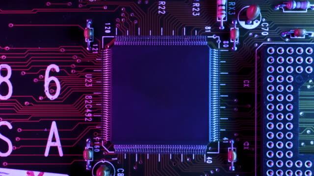 vídeos de stock, filmes e b-roll de placa de circuito temático neon dentro de uma cpu de computador de cima - peça de computador