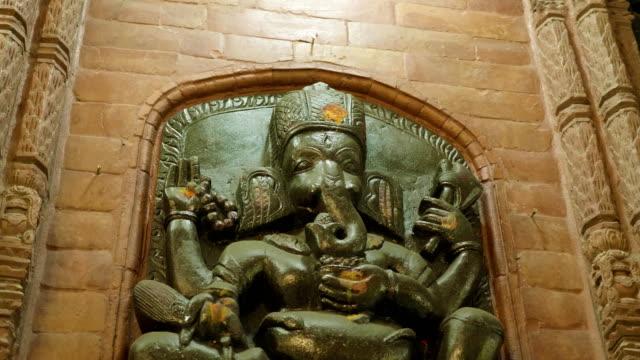 nepalesiska sten staty av ganesha hinduisk gud på palace, kathmandu, nepal. - india statue bildbanksvideor och videomaterial från bakom kulisserna