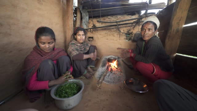 ネパールの家族は、小さな火で食事を準備します。 - ネパール点の映像素材/bロール