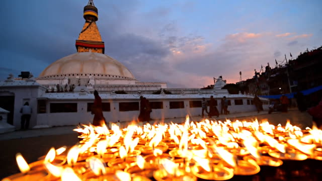 カトマンズ、ネパール-4 月 29 日:ネパールの住民だけのキャンドル点灯式に、震災で失った通りに、ネパールのカトマンズ - ネパール点の映像素材/bロール