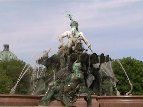Neptun Fountain. Berlin. video