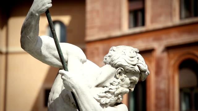vídeos de stock, filmes e b-roll de estátua de netuno obra-prima em roma - monumento