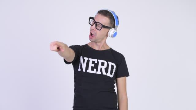 Homem do lerdo com os eyeglasses que escutam a música - vídeo