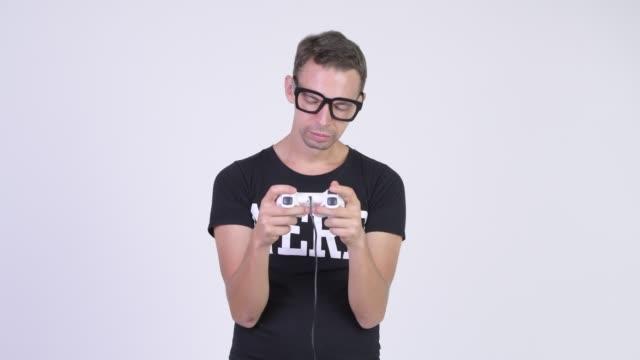 Homem do lerdo com os eyeglasses que jogam jogos - vídeo