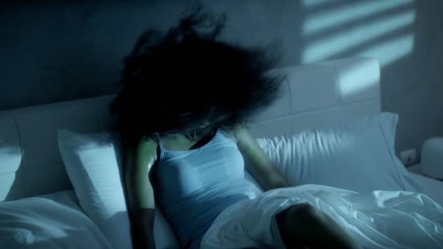 nervös svart kvinna vaken för sommarvärmen i sängen - svett bildbanksvideor och videomaterial från bakom kulisserna
