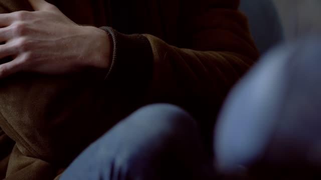 stockvideo's en b-roll-footage met nerveuze man bewegende handen en been tijdens psycholoog sessie-close-up - ongerustheid