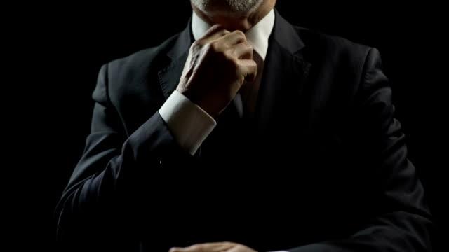 nervös beamten schuldig, finanzbetrug, intrigen oder korruption anpassung krawatte - billionär stock-videos und b-roll-filmmaterial