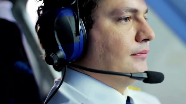 nervös pilot navigera flygplan i turbulens zon, farliga stunder - pilot bildbanksvideor och videomaterial från bakom kulisserna