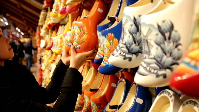 オランダお土産木製靴 - キューケンホフ公園点の映像素材/bロール