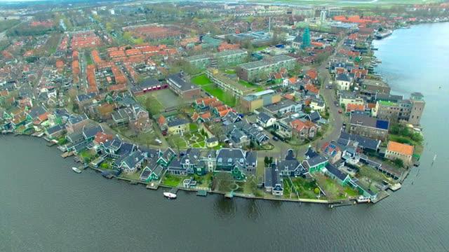 Holland Windmühle Dorf fliegen in Richtung Wasser vorne Gebäude – Video