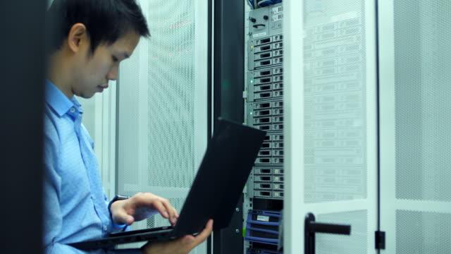 network engineer remote to network equipment - безопасность сети стоковые видео и кадры b-roll