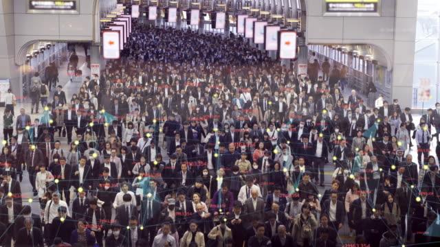 東京での歩行者の群衆通勤者とのネットワーク接続とコミュニケーションコンセプト。インターネット・オブ・シングとビッグデータの概念 - 監視点の映像素材/bロール