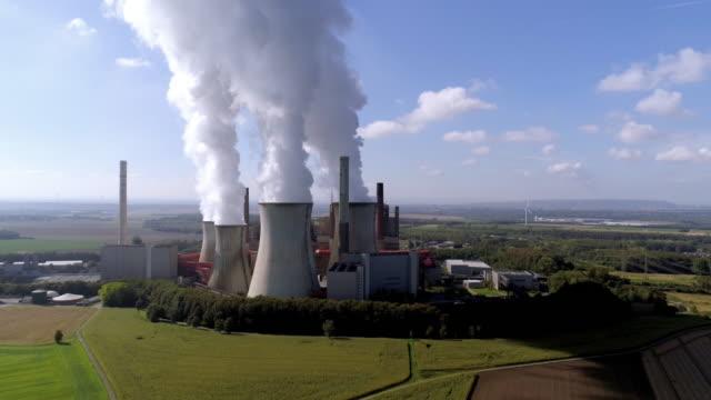 kohlekraftwerk neurath in der kölner tiefland - aerial view soil germany stock-videos und b-roll-filmmaterial