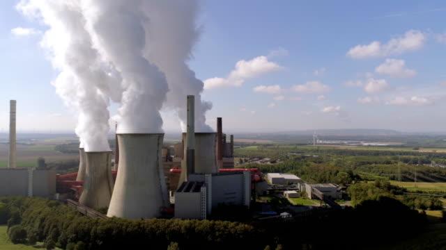 kohlekraftwerk neurath bei grevenbroich in der kölner tiefland - aerial view soil germany stock-videos und b-roll-filmmaterial