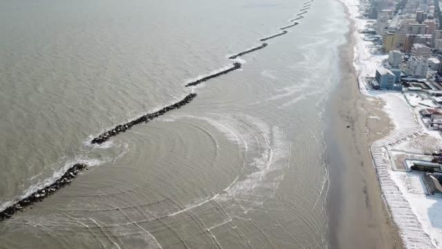 nevicata sulla spiaggia di ravenna - ravenna stok videoları ve detay görüntü çekimi