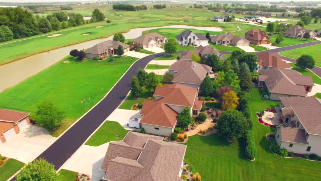 Novo vizinhança abastada desenvolvimento, ao lado do campo de golfe. - vídeo