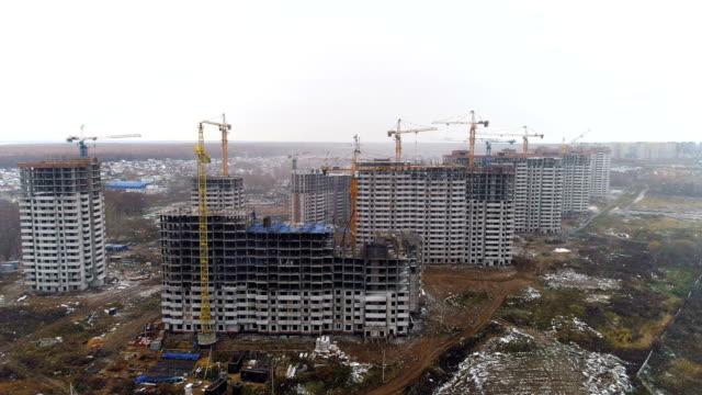 Nouveaux bâtiments apart construits afin d'élargir les bords de la ville. - Vidéo