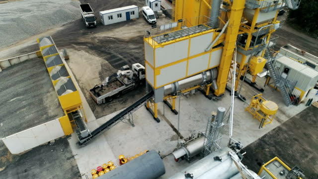 vídeos de stock e filmes b-roll de new asphalt plant. aerial drone footage. - alfalto